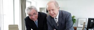 Tom Buhrow und Köln Oberbürgermeister Jürgen Roters unterzeichnen einen Kooperationsvertrag.     Bild 1 vergrößern      Bei der Vetragsunterzeichnung: WDR-Intendant Tom Buhrow und Kölns Oberbürgermeister Jürgen Roters.