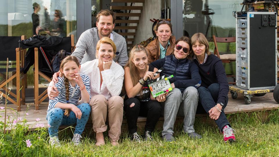v.l.n.r. vorne: Ella Frey (Rolle Eva), Annette Frier (Rolle Annette), Aleen Kötter (Rolle Julia), Franziska Meletzky (Regie), Bella Halben (Kamera)