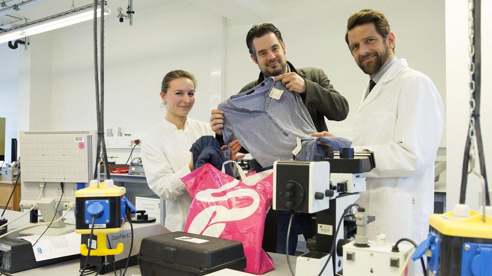 Prof. Dr. Lutz Vossebein (r.) und Anna-Mona Sprenger (l.) prüfen im Labor