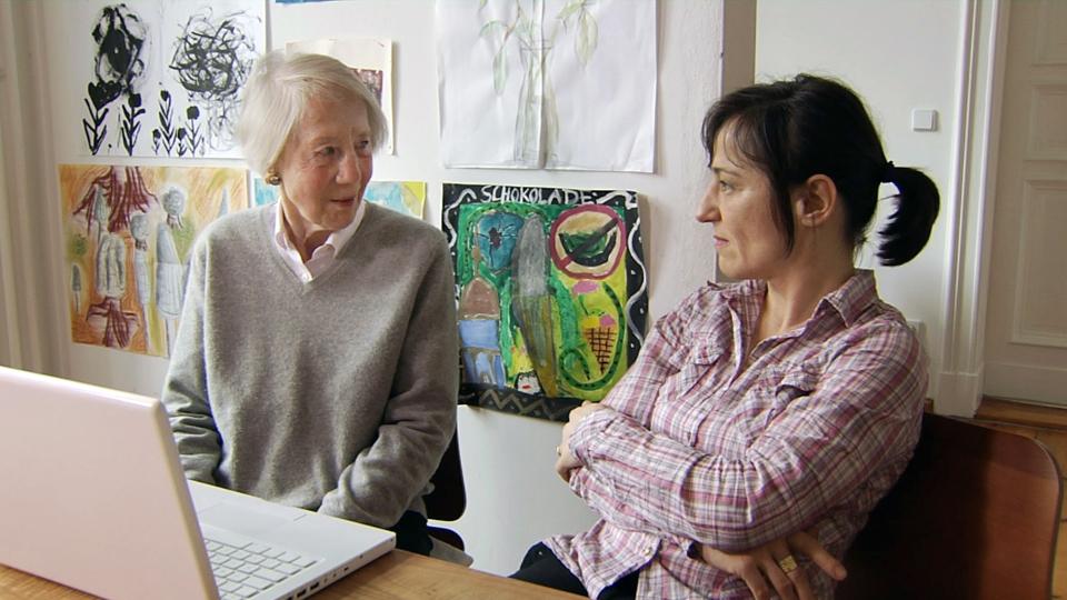 Christa und Julia Albrecht (r) im Gespräch