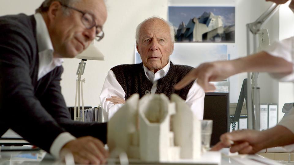 Architekt Gottfried Böhm am Arbeitstisch mit seinem Sohn Paul (l).