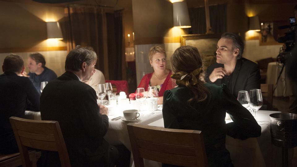 Gruppenbild mit Therese Pönsgen (Anke Engelke) und Thomas Leber (Sebastian Blomberg, r) und Michaela (Gabriela Maria Schmeide) und Heinz Peter Ellerbrook (Michael Wittenborn, l)