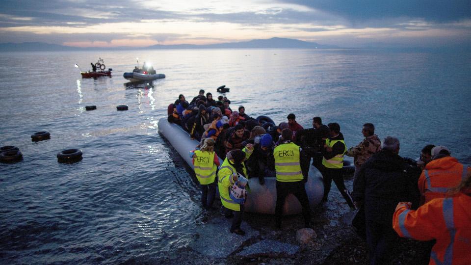 Flüchtlingsschlauchboot strandet auf Lesbos