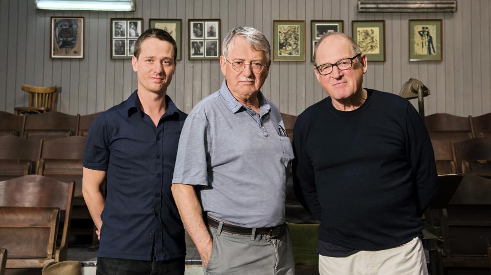 Heinrich Breloer mit den Schauspielern Tom Schilling (l) und Burghart Klaußner (r)