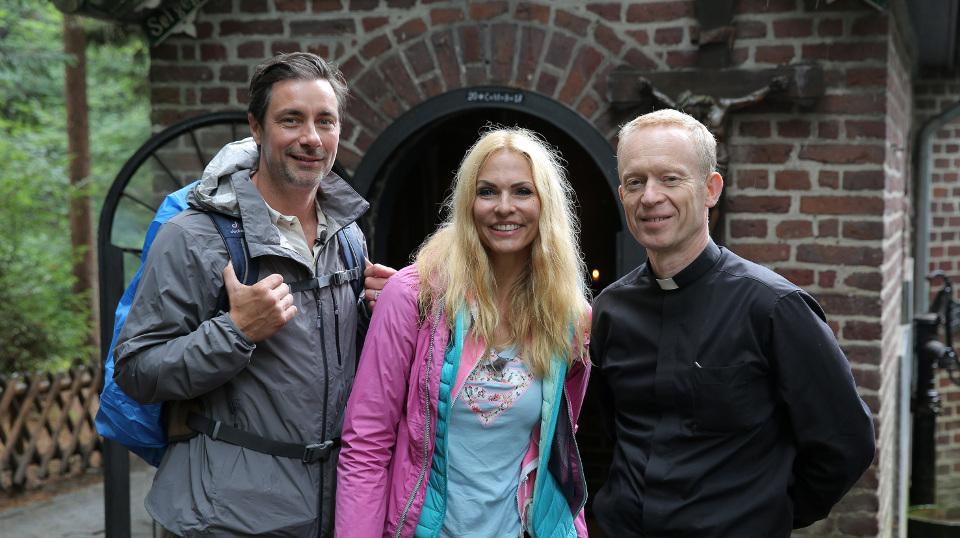Marco Schreyl (l), Sonya Kraus, Pfarrer Wieners (r).