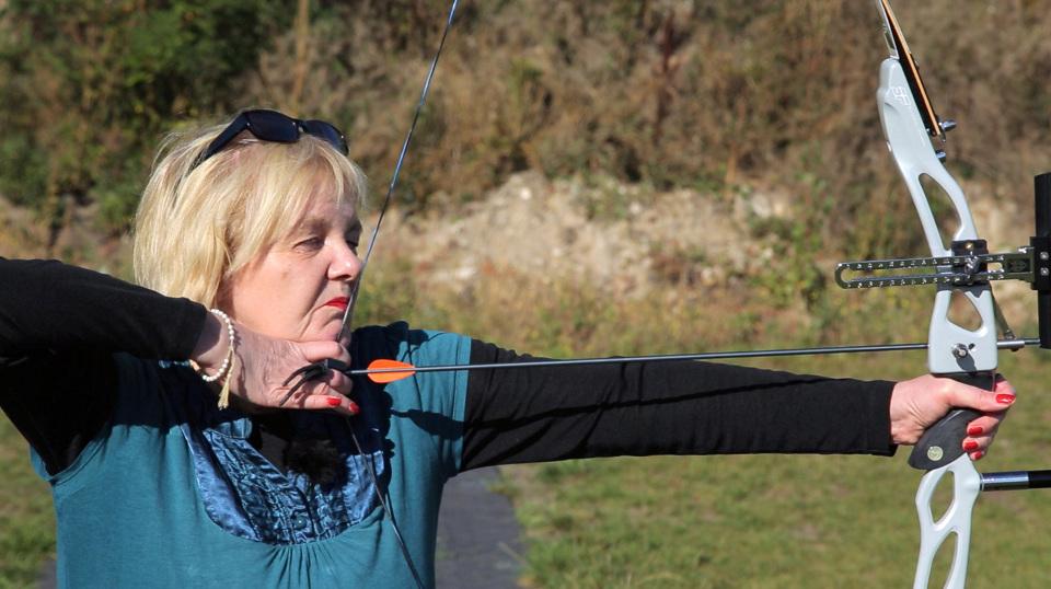 Barbara entdeckt als neuen Sport das Bogenschießen