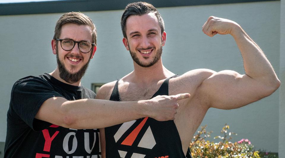 Julian ist für Bodybuilder Jan (r) zugleich Trainer und Manager.