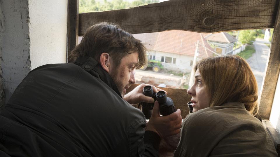 Landauer (Ulrike C. Tscharre) und Sven Schröder (Ronald Zehrfeld) warten auf Caramitru
