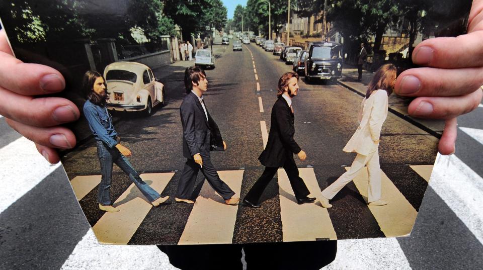 die Beatles gehen hintereinander über Fußgängerüberweg