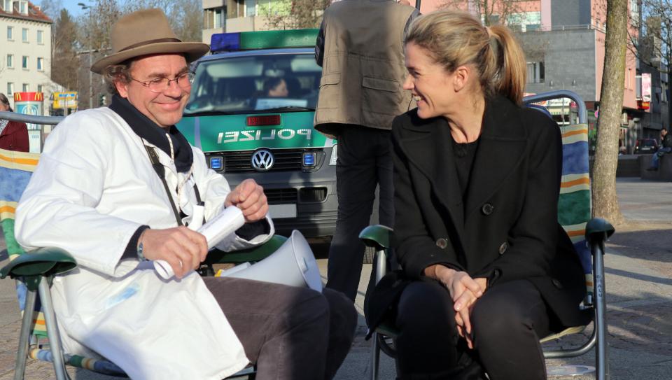 Anke Engelke mit Künstler Roland Brus