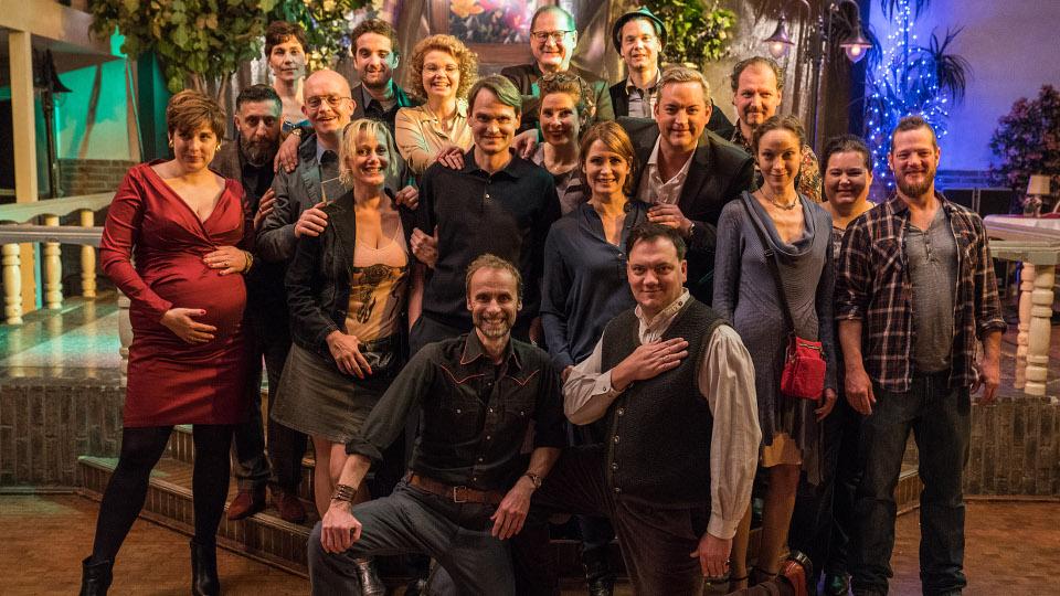 """Das """"Klassentreffen""""-Team um Regisseur Georg Schütte (vorne links)"""