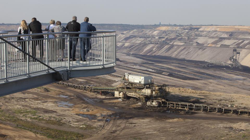 Besucher auf dem Skywalk am Tagebau