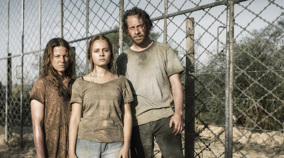 Jan Schneider (Fabian Busch) mit seiner Frau Sarah (Maria Simon, li) und den Kindernr Nora Schneider (Athena Strates