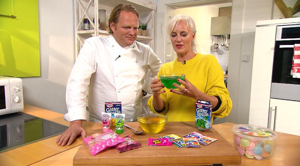 Der Vorkoster Björn Freitag und Ernährungsexpertin Anja Tanas (r)