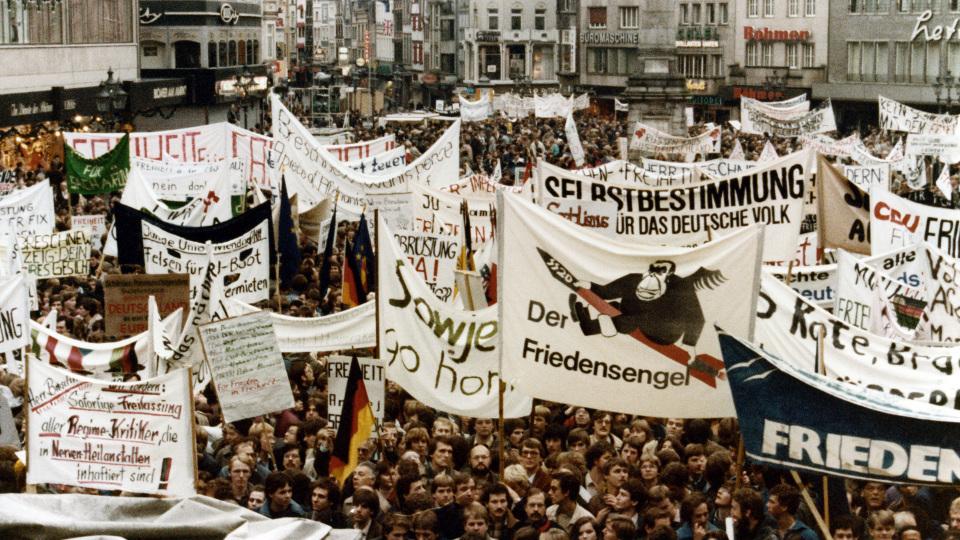 underttausende kamen am 22. November 1981 zur Friedensdemo