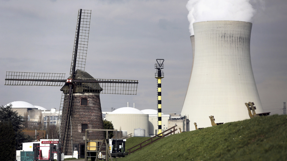 Windmu hle und Kernkraftwerk in Doel bei Antwerpen