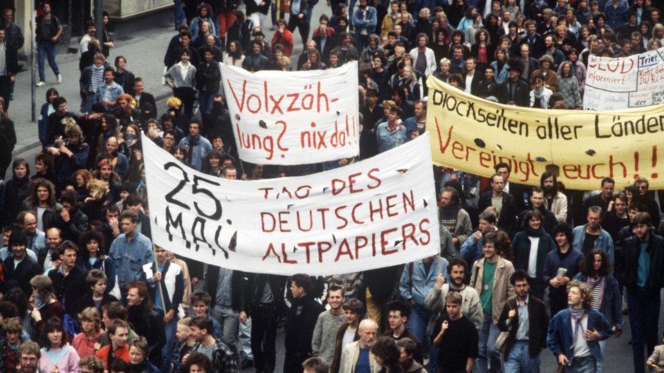 Menschen demonstrieren am 16.05.1987 in der Innenstadt von Berlin