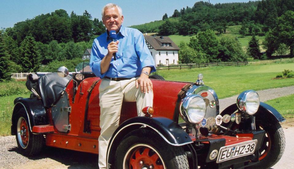 Bernd Müller auf einem roten Bugatti