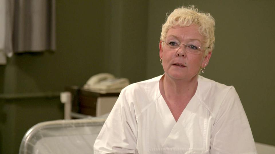 Susanne reinigt Betten in einem Krankenhaus