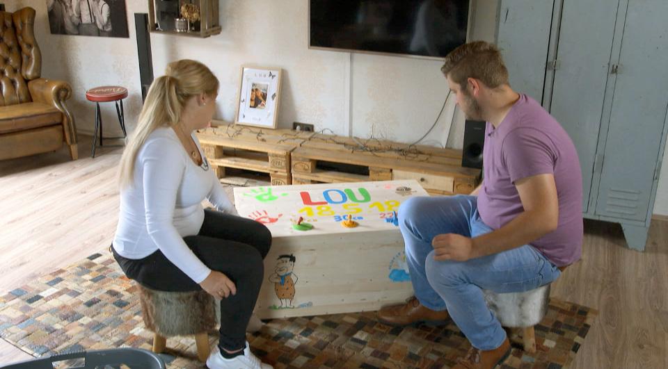 Leslie (l) und Tobias haben eine Erinnerungskiste für ihre verstorbene Tochter gestaltet.
