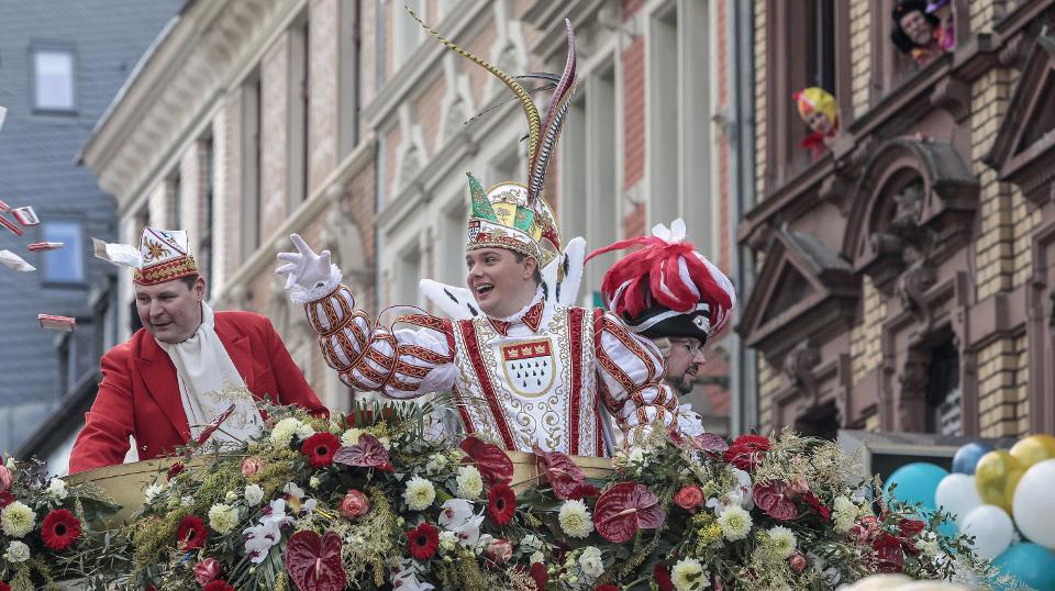 Karnevalsprinz Michael II (r) wirft Kamelle