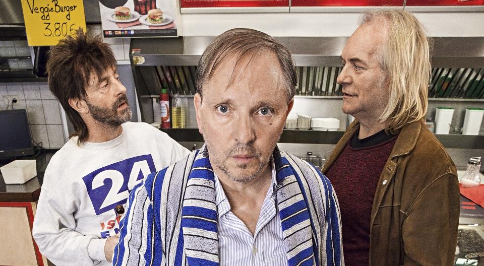 Dittsche (Olli Dittrich, vorn), Wirt Ingo (Jon Flemming Olsen, l) und Krötensohn Jens (Jens Lindschau, r)