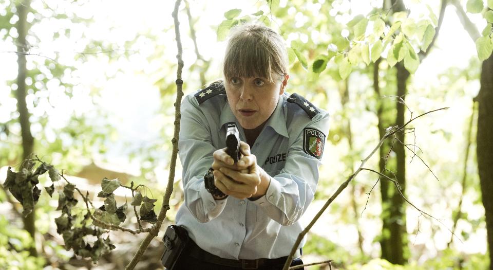 Frauke Vierboom (Anna Böger) fahndet nach der Person, die auf sie geschossen hat.