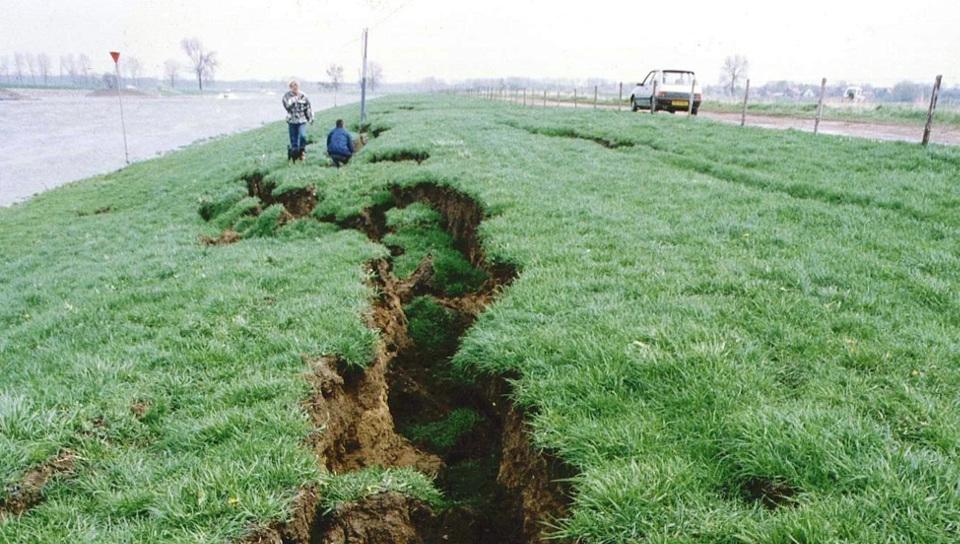Folge eines Erdbeben am 13. April entlang einer Uferwiese
