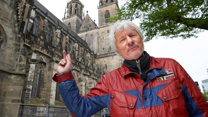 Jürgen Becker vor dem Magdeburger Dom
