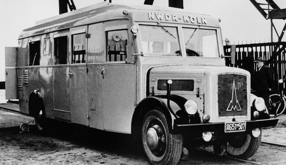 Einer der ersten Hörfunk-Übertragungswagen des NWDR ca.1950 im Duisburger Hafen.