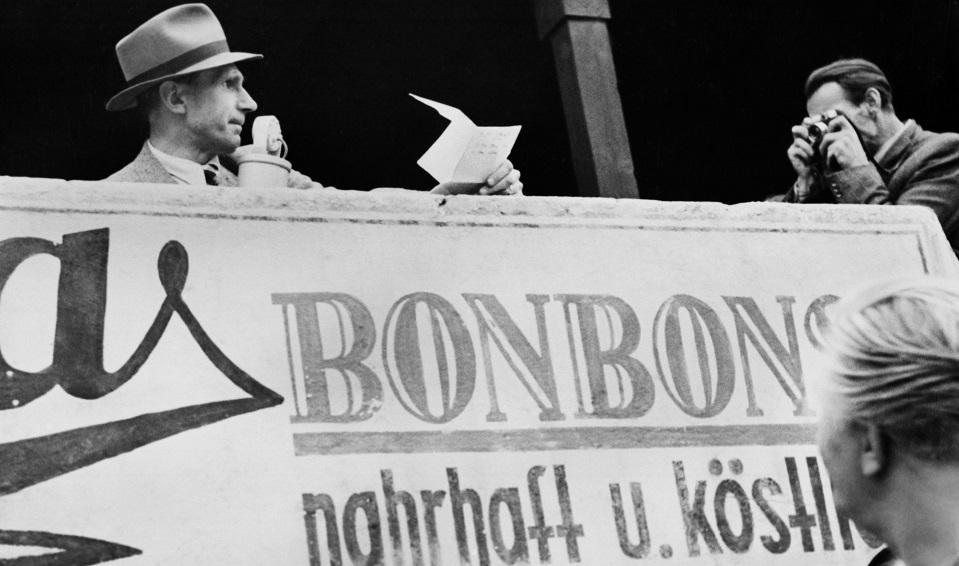 Dr. Bernhard Ernst berichtet für den NWDR Köln über das Fussballspiel der Fussballmannschaft des NWDR gegen Buer, August 1948.